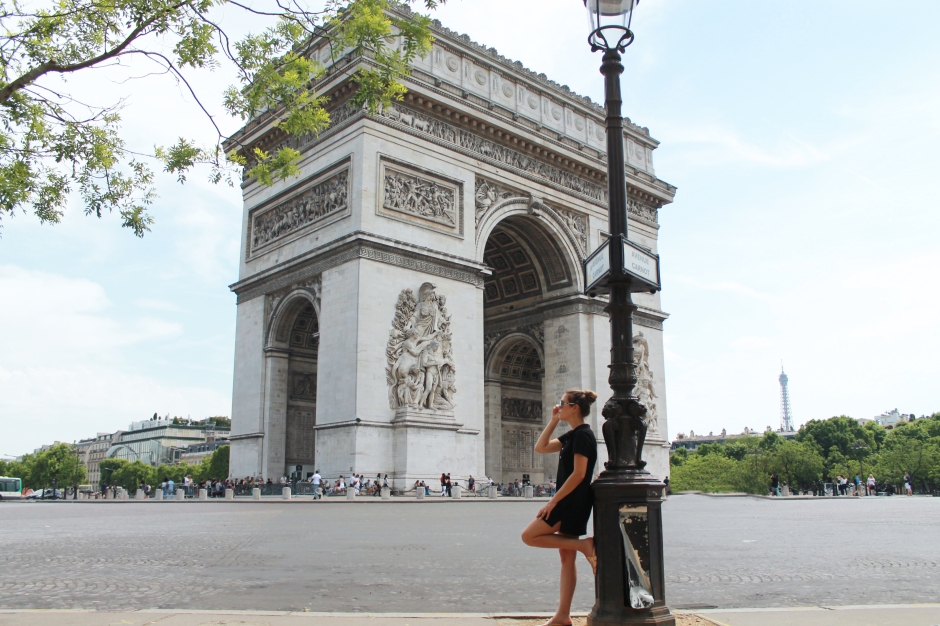 fashion blogger arc de triomphe